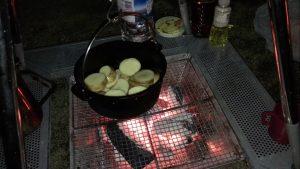 ダッチオーブンを火にかける様子