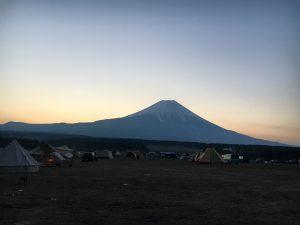朝日が昇る前の富士山