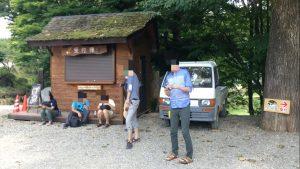 星降る森のキャンプ場の受付で並ぶ人々
