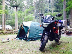 中型バイクでキャンプツーリングに来た様子