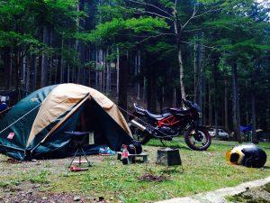 中型バイクのキャンプツーリングの様子