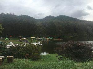 湖畔に位置するキャンプ場のイメージ