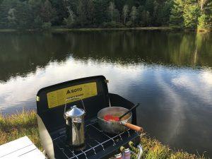 千代田湖キャンプ場の湖畔にテントを張った様子