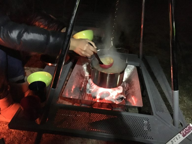 囲炉裏テーブルと鍋