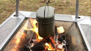 焚き火で飯盒炊爨をする様子