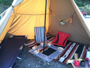 ハンモックを吊るしたテント