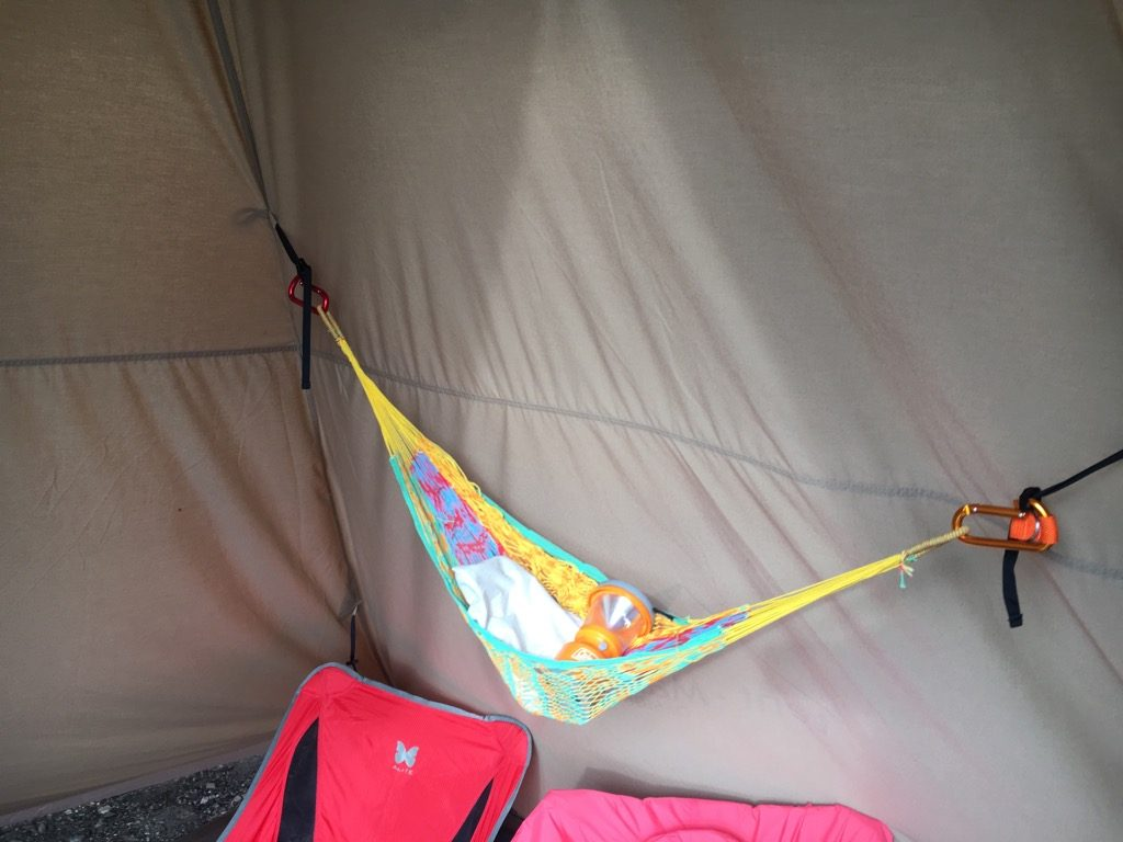 テント内のハンモック