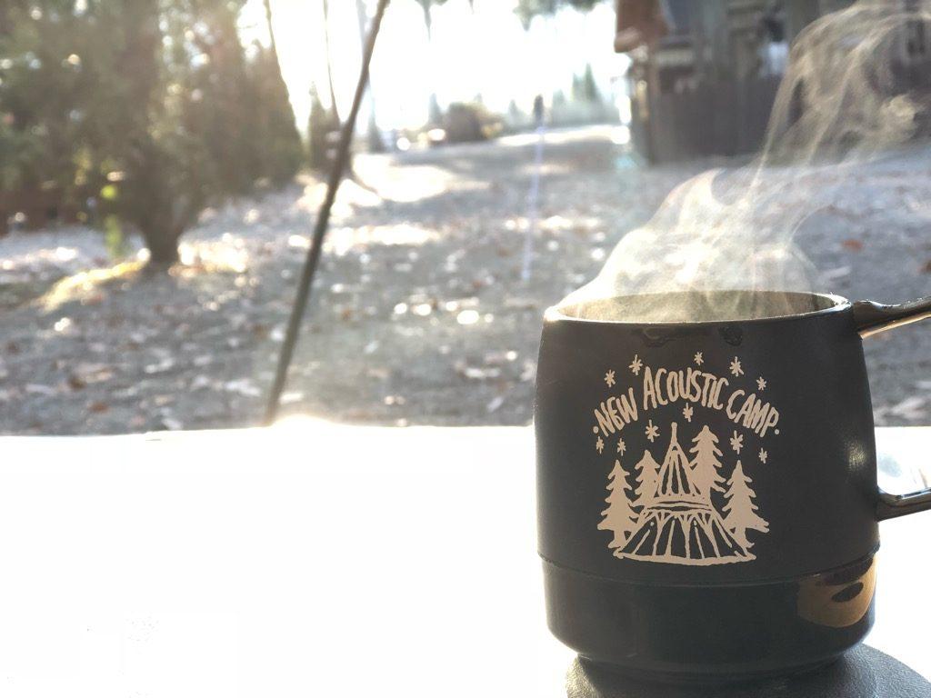 ポートレートモードで撮影したニューアコのコップ