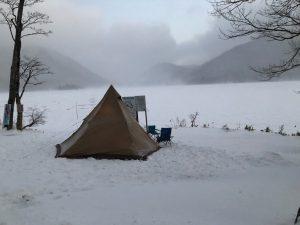 冬の赤城湖でキャンプをした様子