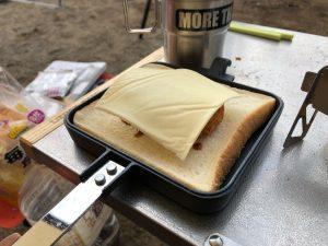 コロッケホットサンドにチーズを乗せる