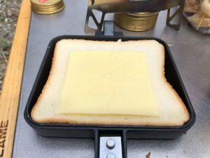 ホットサンドにチーズを乗せる