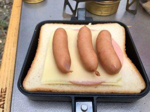 ハムチーズにウインナーを乗せる