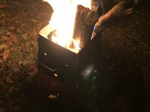 ミニ焚き火台で焚き火をしている様子