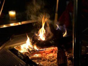 薪が燃えている様子