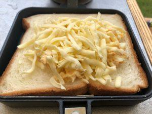 チーズをかけたホットサンド