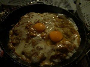 卵を乗せたチーズカレー