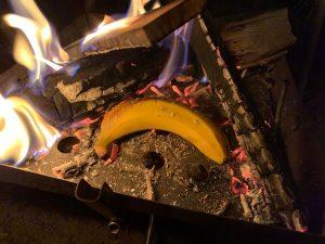 焚き火の中のバナナ