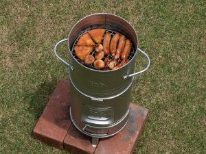 缶スモーカーと缶ストーブを重ねる