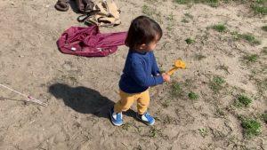 ペグハンマーを持つ2歳の息子