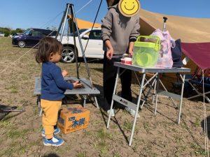 キャンプをする2歳の息子